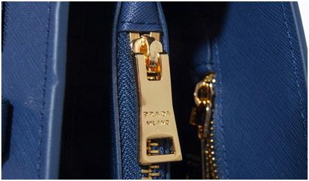 83180b7917e3 Зря. По застежке определяется класс сумки. Первоклассные молнии на изделиях  Prada смазаны специальной жидкостью, легко и плавно двигаются.